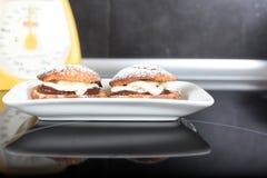 Pastelaria dos Choux com creme da baunilha e do chocolate Fotografia de Stock