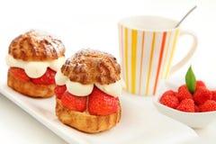 Pastelaria e chávena de café da morango Fotos de Stock Royalty Free