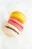 Pastelaria francesa colorida em um fundo branco Imagens de Stock