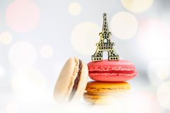 Pastelaria francesa colorida em um fundo branco Imagem de Stock