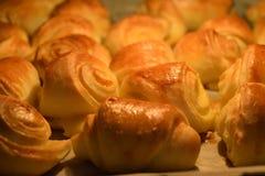 Pastelaria ou crescente curvado fresco com queijo fotografia de stock