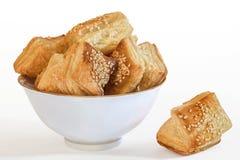 Pastelaria quadrada Zu-Zu do croissant do sopro na bacia da porcelana sobre imagens de stock royalty free