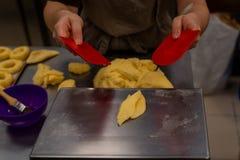 Pastelaria que faz anéis de espuma à mão imagem de stock