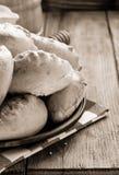 Pastelaria saboroso na placa na madeira Imagem de Stock