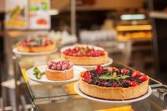 A pastelaria variada doce está esperando seu cliente Fotografia de Stock