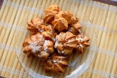 Pastelarias caseiros Sobremesa Rolos pequenos polvilhados imagem de stock