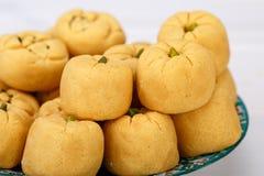 Pastelarias dadas forma redondas da cookie do grão-de-bico feitas da farinha e dos pis do grama fotos de stock
