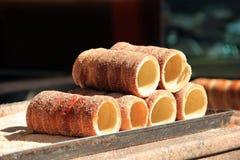 Pastelarias de Trdelnik, sobremesa nacional em Praga, República Checa Fotos de Stock