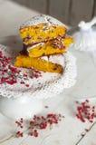 Pastelarias do outono Cozimento caseiro bolo doce do café da manhã com bagas fotografia de stock royalty free
