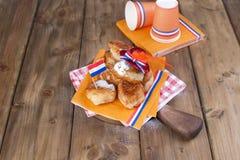 Pastelarias doces holandesas tradicionais Dia de festa do rei decor Coisas alaranjadas para o feriado Bandeira dos Países Baixos Imagens de Stock Royalty Free