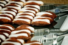 Pastelarias dos Choux em uma bandeja fotos de stock