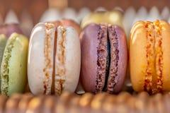 Pastelarias francesas doces deliciosas em uma tabela rústica Macarons da sobremesa na noite do ver?o no pomar sunlight fotografia de stock