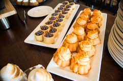 Pastelarias sortidos arranjadas sobre Foto de Stock Royalty Free