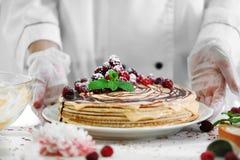 Pasteleiro profissional que guarda o bolo delicioso Fotografia de Stock Royalty Free