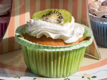 Pasteles agrios de la fruta de postre del kiwi con crema azotada Imagenes de archivo