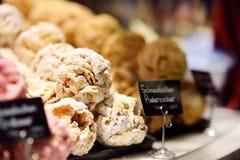 Pasteles bávaros famosos - bola de nieve Caramelo, pasteles y pan de jengibre en confitería fotos de archivo libres de regalías