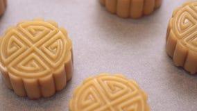 Pasteles cantonese hechos en casa de la torta de la luna en la bandeja que cuece antes de cocer para el festival tradicional almacen de video