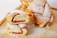 Pasteles cocidos con el atasco que llena en el fondo de la tabla, panadería hecha en casa Imagen de archivo