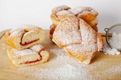 Pasteles cocidos con el atasco que llena en el fondo de la tabla, panadería hecha en casa Imagenes de archivo