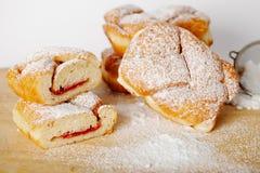 Pasteles cocidos con el atasco que llena en el fondo de la tabla, panadería hecha en casa Fotografía de archivo