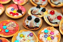 Pasteles coloridos para los cabritos Foto de archivo