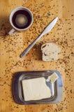 Pasteles con el coffe y la mantequilla del cuchillo fotografía de archivo libre de regalías