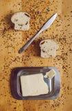 Pasteles con el cuchillo y la mantequilla imagen de archivo libre de regalías