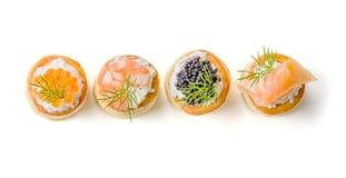 Pasteles con los salmones, el caviar y el camarón Fotografía de archivo