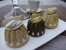 Pasteles con vainilla, chocolate y la moca Fotografía de archivo libre de regalías