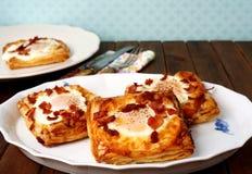 Pasteles daneses, desayuno con el huevo, tocino, queso y pastas de hojaldre Imagenes de archivo