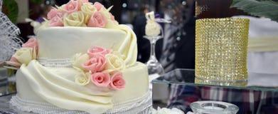 Pasteles de bodas blancos Fotos de archivo