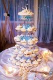 Pasteles de bodas del tema de la playa con las estrellas de mar y las cáscaras Foto de archivo libre de regalías
