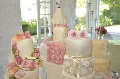 Pasteles de bodas en el sitio blanco Fotos de archivo