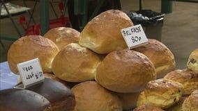 Pasteles de compra en una panadería almacen de metraje de vídeo