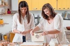 Pasteles de la familia que cocinan preparación de galletas del hogar de la afición fotos de archivo