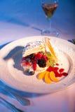 Pasteles de la fruta en una placa blanca. Imagen de archivo