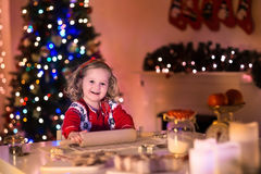 Pasteles de la Navidad de la hornada de la niña Foto de archivo