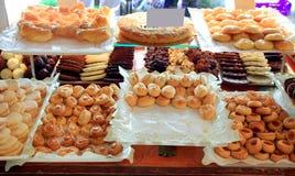 Pasteles de la torta en la panadería típica de España Imágenes de archivo libres de regalías