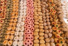 Pasteles de la torta en la panadería típica de Italia Foto de archivo libre de regalías