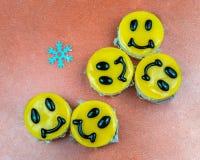 Pasteles de queso amarillos adornados con sonrisas en plato Foto de archivo