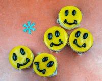 Pasteles de queso amarillos adornados con sonrisas en plato Fotos de archivo libres de regalías