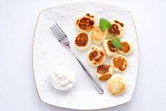 Pasteles de queso con crema amarga Imagen de archivo