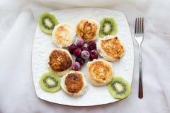 Pasteles de queso con el kiwi y los arándanos Foto de archivo