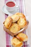 Pasteles de queso con la menta y la crema agria Imagen de archivo