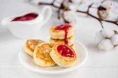 Pasteles de queso con la mermelada de fresa imágenes de archivo libres de regalías