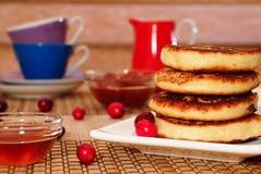 Pasteles de queso con la miel, el atasco y los arándanos Fotos de archivo libres de regalías