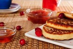 Pasteles de queso con la miel y el atasco Imagen de archivo libre de regalías