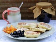 Pasteles de queso con las frutas Fotografía de archivo