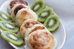 Pasteles de queso con las rebanadas del kiwi Imagen de archivo