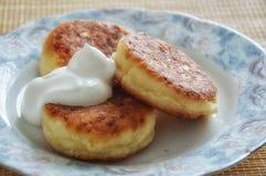 Pasteles de queso deliciosos para el desayuno foto de archivo